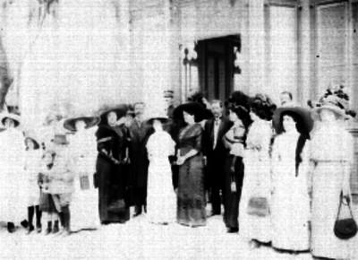 Familia de Fracisco I. Madero afuera de un edificio, retrato de grupo