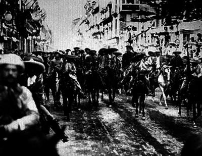 Francisco Villa rodeado de sus tropas al entrar a la ciudad de México