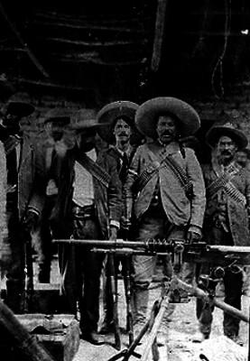 Francisco Villa acompañado por soldados villistas con artillería, fotografía
