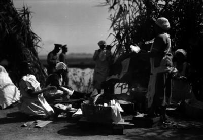 Mujeres hacen tortillas en un campamento militar