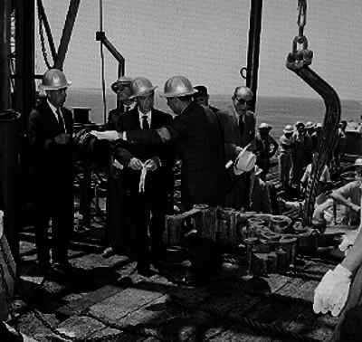Lázaro Cárdenas visita una plataforma petrolera