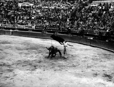 """Fermín """"Armillita"""" ejecuta un pase de muleta durante una corrida de toros"""