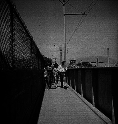 Gente cruza un puente peatonal