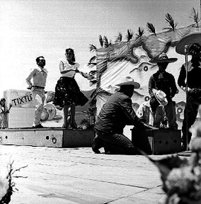 Pareja interpretando una danza folclórica típica de Guerrero
