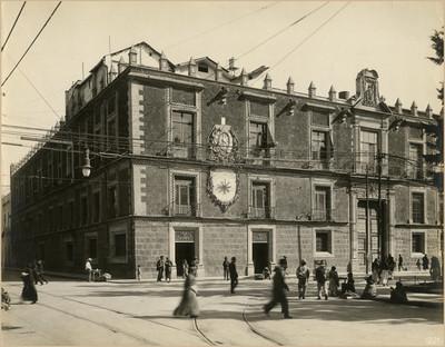 "Gente camina frente a la ""ex-aduana de Santo Domingo"", fachada lado izquierdo"