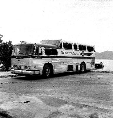 Camión de la línea Estrella de Oro en la bahía de Acapulco