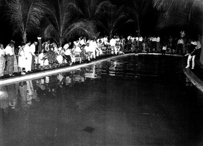 Musicos tocando al costado de una alberca de un hotel de acapulco