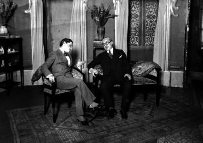 Armando Arriola conversa con un hombre en una sala