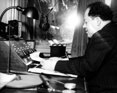 Agustín Arroyo Ch., periodista, ante un micrófono en una radiodifusora