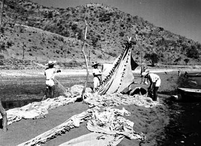 Campesinos tienden redes en el lago