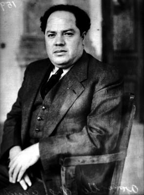 Agustín Arroyo Ch. sentado, retrato
