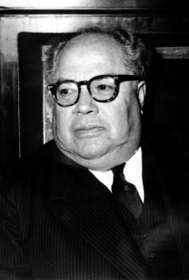 Agustín Arroyo Ch. con lentes, retrato
