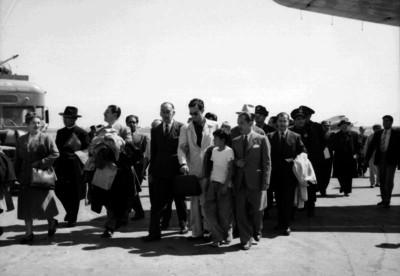 Carlos Arruza, pasajeros y otras personas caminan en el aeropuerto