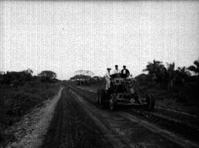 Hombres conduciendo maquinaría pesada durante la construcción de una carretera