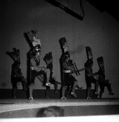 Bailarines interpretando la danza de la pluma en el auditorio de la unidad indepedencia