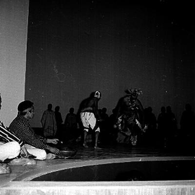 Danzantes de la pluma en el auditorio de la Unidad Indepedencia