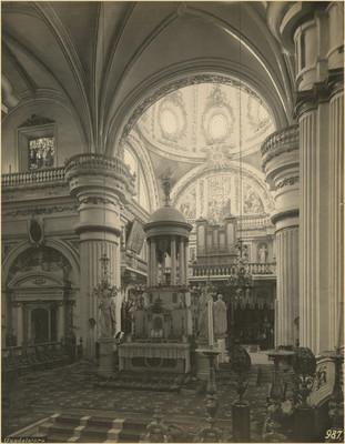 Vista del altar mayor y coro