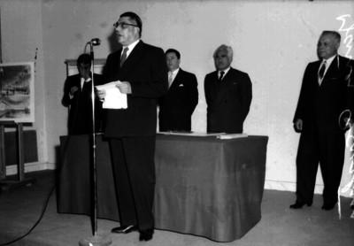 """Agustín Yañez"" pronuncia discurso durante una ceremonia"