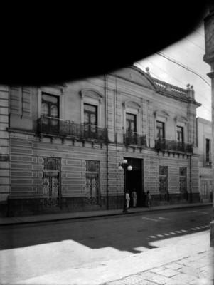 Edificio y gente frente en el exterior