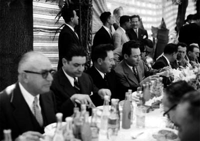 Rafael Ávila Camacho en compañía de Teófilo Borunda, Ernesto P. Uruchurtu y otras personalidades en un banquete