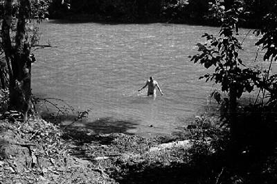 Hombre saliendo de un río de Tabasco