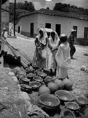 Mujeres ante puesto ambulante de cazuelas