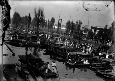 Comerciantes abordo de canoas en un canal de Xochimilco
