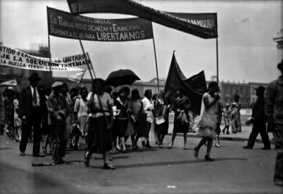 Manifestación de trabajadores a su paso por una calle