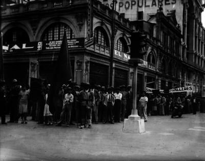 """Manifestación de obreros en el exterior del diario """"El Nacional"""""""