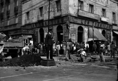 Hombres trabajan en obra pública en el cruce de dos calles
