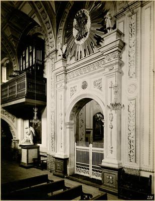Portada interior de una capilla lateral y vista del coro