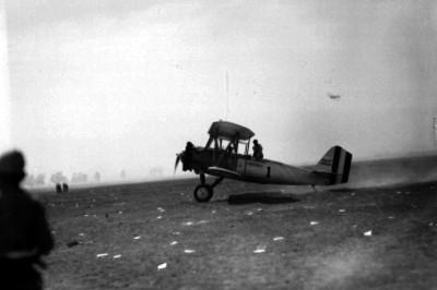 Pablo Sidar, coronel, abordo de su aeroplano Corsair