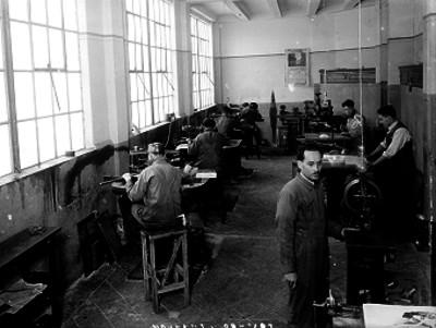 Carpinteros operan maquinaria en su taller