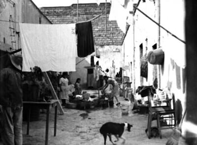 Mujeres y niños en la entrada de una vecindad en la ciudad de México, retrato de grupo
