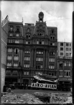 Avión en exhibición frente al hotel Regis, empresa Avro Avión