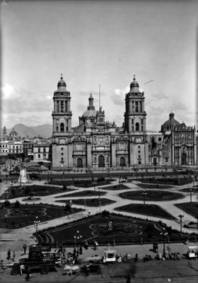 Vida cotidiana en la plaza Constitución frente a la catedral Metropolitana
