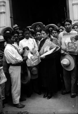 Campesinos reunidos sostienen la revista La voz del Campo No. 9