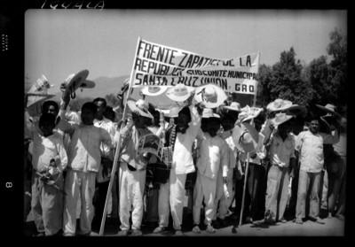 Campesinos en una marcha por la calle, se manifiestan con parcarta
