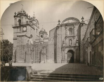 Portada en el costado derecho de la Catedral de Nuestra Señora de la Asunción