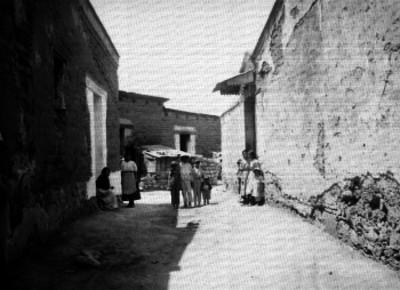 Gente parada en la calle de una vecindad, retrato de grupo
