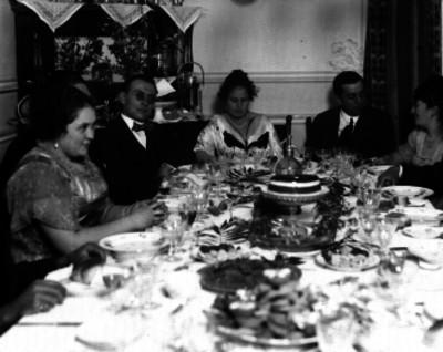 Grupo familiar reunido durante un banquete