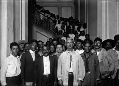 Obreros en las escaleras de un edificio, retrato de grupo