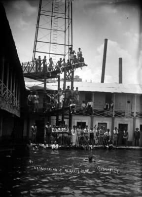Nadadores posan para retrato en la Alberca Pane