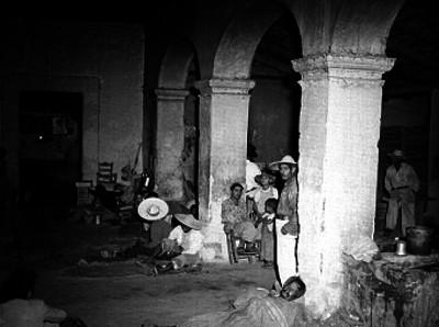 Gente en el interior de un mesón en San Juan de los Lagos