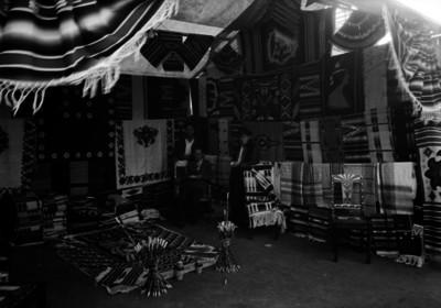 Hombres venden cobijas en un puesto de feria