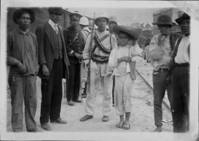 Soldado federal y civiles en una estación de ferrocarril