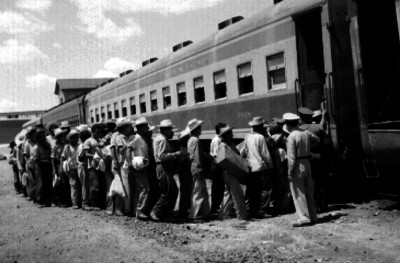 Braceros abordando un vagón de ferrocarril