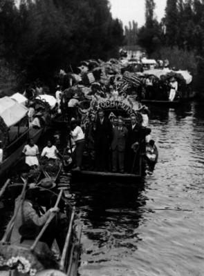Diaz en compañía de otros individuos a bordo de trajineras en Xochimilco