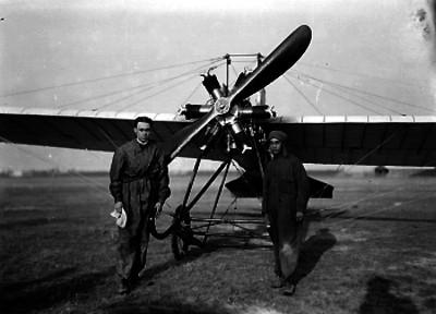 Pilotos aviadores junto a un aeroplano, retrato