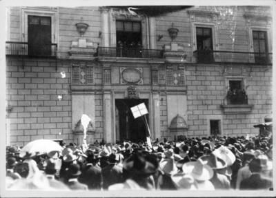 Francisco I. Madero en un balcón presencia manifestación